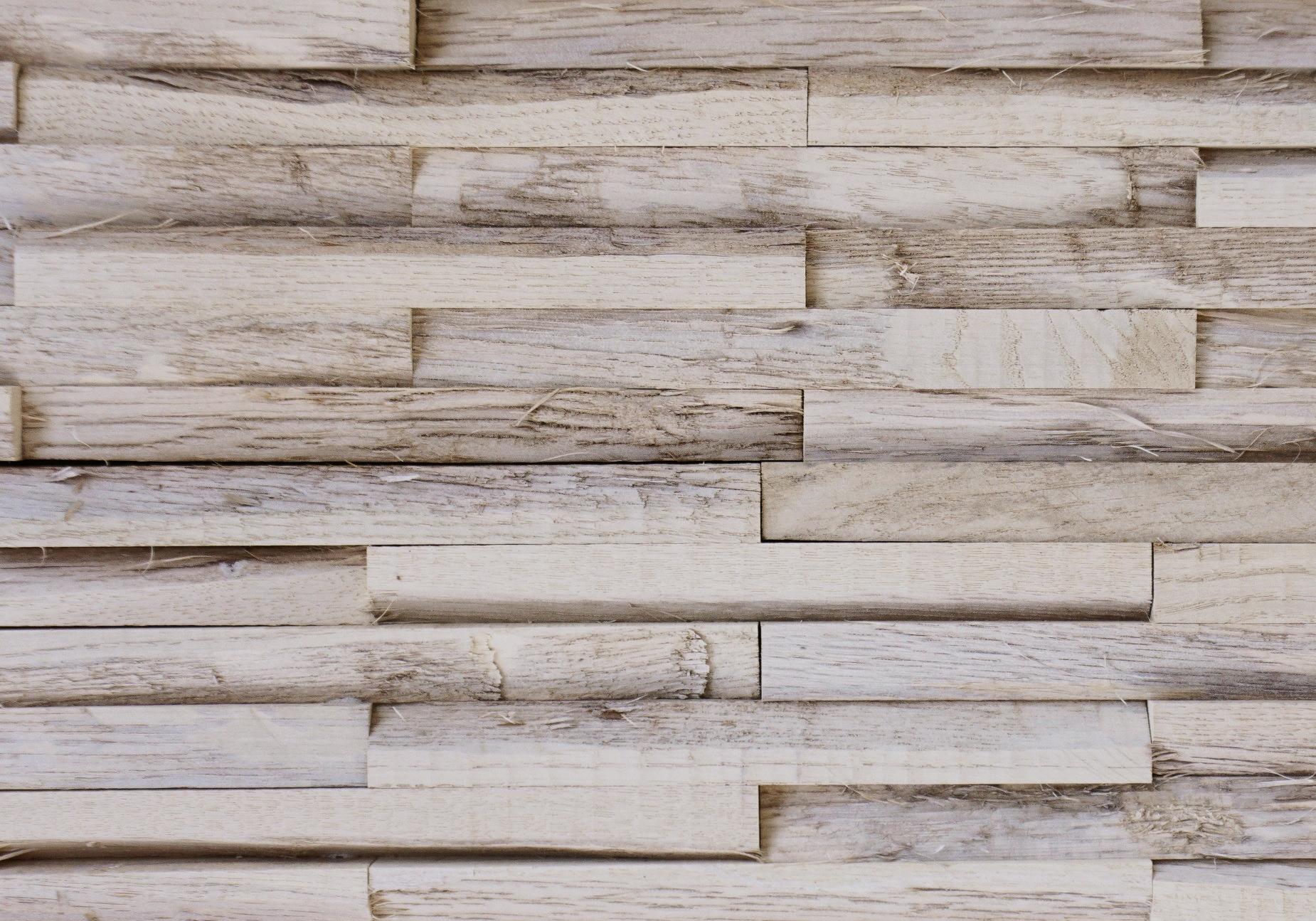 Een wand met de wit grijze Bondruka oak memory old grey uit Vik Shores collectie