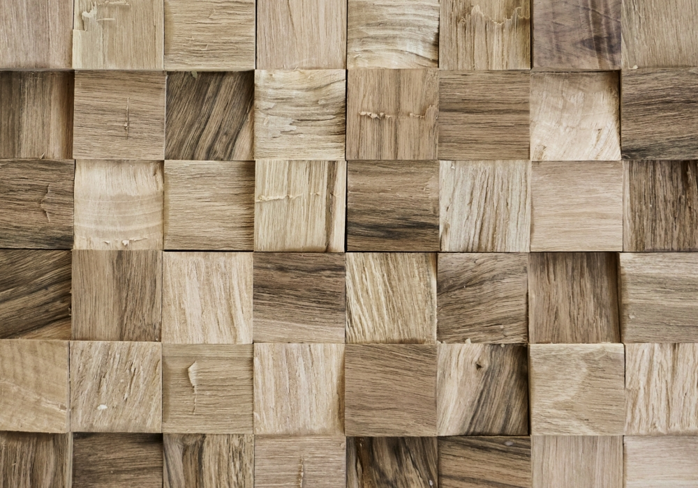 Een wand met de Skuta shelter spalt nut natural uit Sequoia Woods collectie