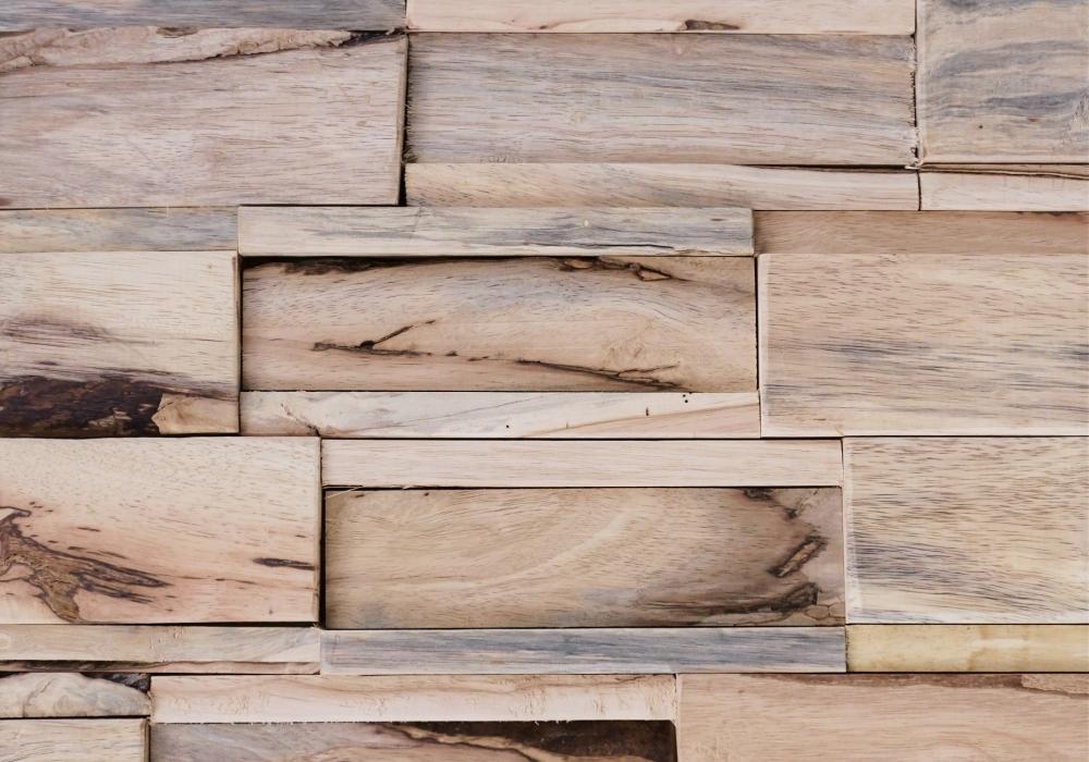 Houten wand met de Lupe Sina natural hevea banyan uit Sequoia Woods collectie